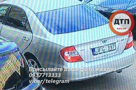 В Киеве мужчину и женщину силой усадили в автомобиль с литовским номером