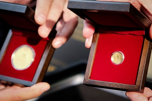 Auksinių monetų su Stepono Batoro atvaizdu pristatymas