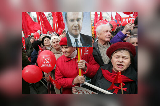 Rusijos komunistų partijos rėmėjai laiko G.Ziuganovo nuotrauką