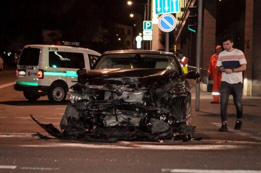 После столкновения с BMW Mazda врезалась в колонну гостиницы