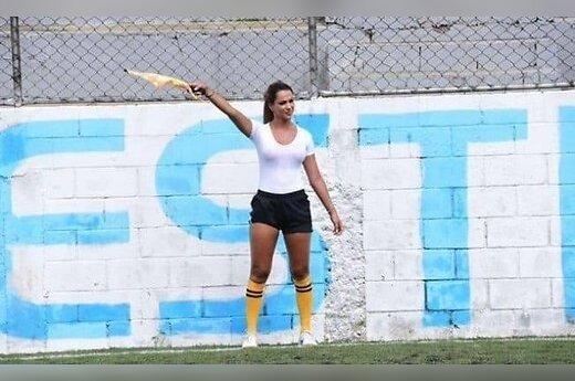 Девушка-арбитр стала звездой, отсудив матч в мокрой майке