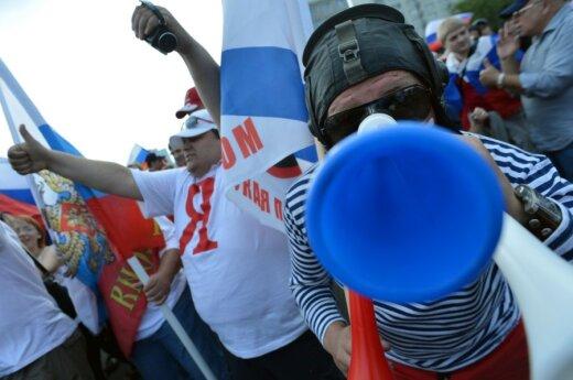 Rusijos rinktinės aistruoliai surengė eiseną Varšuvoje