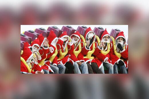 """Hamburge esančiame pramogų parke """"Winter Dom"""" linksminasi Kalėdų seneliais persirengę vyrai."""