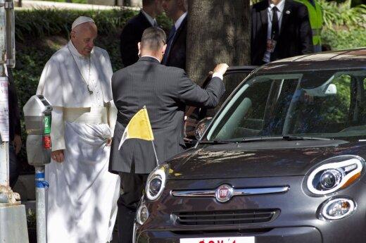 """Aukcione už 82 tūkst. dolerių parduotas popiežiaus Pranciškaus naudotas """"Fiat"""""""