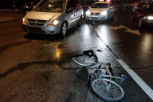 """Prie Vilniaus """"Akropolio"""" partrenktas dviratininkas"""