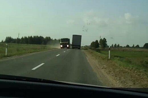 """""""Šlitinėjantis"""" sunkvežimis gąsdino vairuotojus"""
