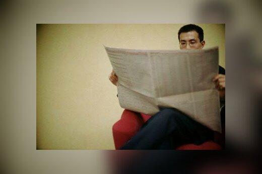 skaito laikraštį, skaityti