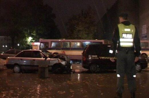 В Шяуляй лихач побил две машины