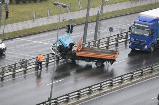 Vilniuje per avariją nedidelis sunkvežimis pakibo ant atitvaro