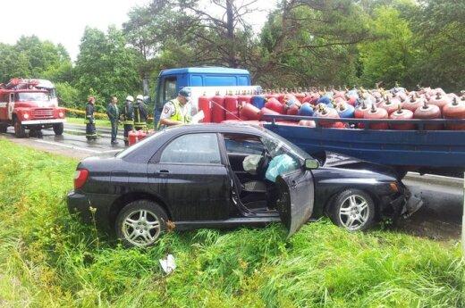 """Sunkvežimiui susidūrus su """"Subaru"""", sužeistos 14-metės dvynės, išbyrėjo dujų balionai"""