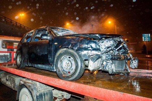 На перекрестке столкнулись Opel и VW Golf, одна из машин сгорела