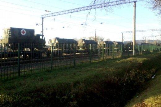 По железной дороге и литовским дорогам движется тяжелая военная техника