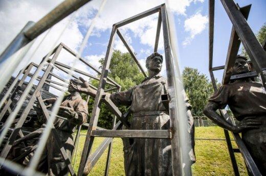 Советские скульптуры с Зеленого моста в Вильнюсе хотят передать музею