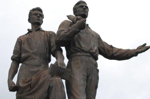 """Konserwatysta chce """"ocenzurować"""" rzeźby na Zielonym Moście"""