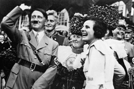 Hitleris su damomis