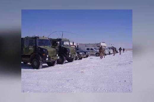 Afganistano Goro provincijoje tarnaujantys kariai laukia lėktuvo.
