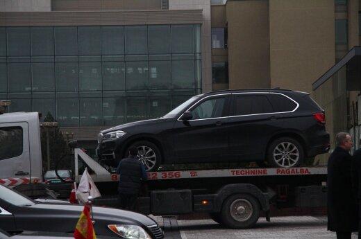 Представителя американского посольства на заседание в парламент привез нетрезвый водитель
