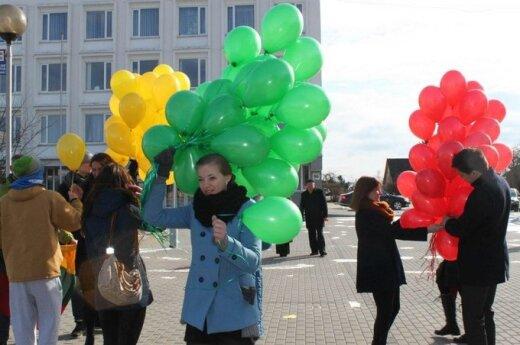 Jaunimas Jurbarke ragino Kovo 11-ąją švęsti kitaip - šventinėje eisenoje