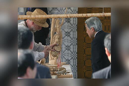 Japonijos imperatorius Akihito (dešinėje) apžiūri amatininku dirbinius