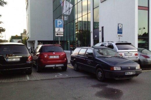 """Parkavimas prie """"Forum Cinemas Vingis"""". Skaitytojo Simo nuotr."""