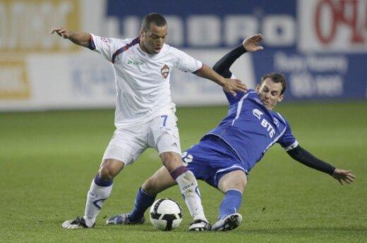 """Danielis Carvalho (CSKA, kairėje) kovoja su Luke'u Wilkshire'u (""""Dinamo"""")"""
