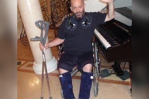 Шуфутинский очутился в инвалидной коляске