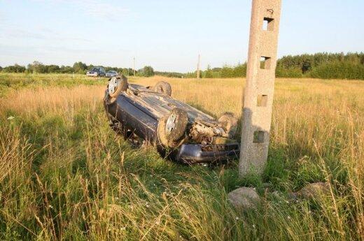 Пьяный водитель съехал в поле и перевернулся