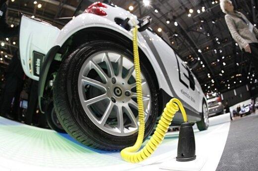 """Elektromobilis """"maitinasi"""" Ženevos automobilių parodoje"""