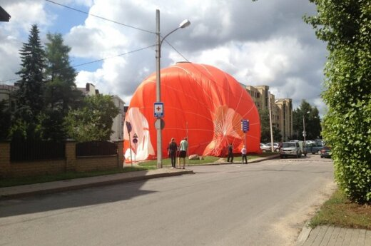 Vilniuje oro balionas leidosi tarp daugiabučių