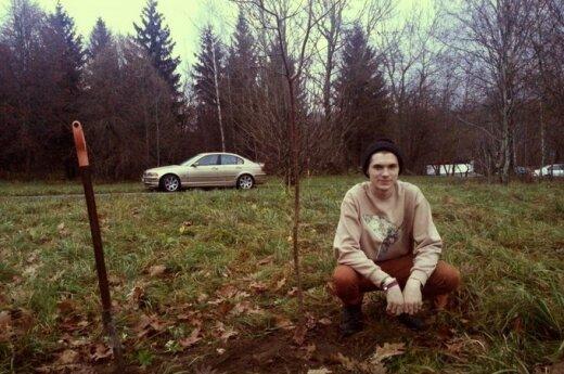 Su BMW į medį trenkęsis jaunuolis rado būdą numalšinti kaltei