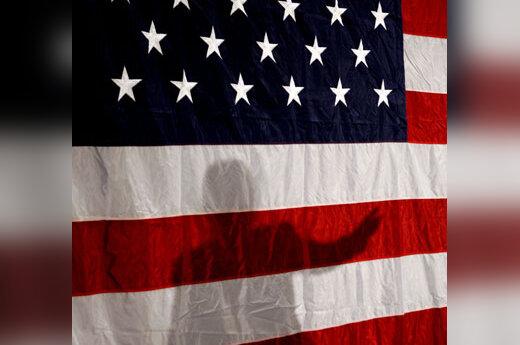 Hillary Clinton šešėlis ant JAV vėliavos