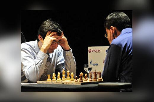 Vladimiras Kramnikas (kairėje) ir Višvanatanas Anandas