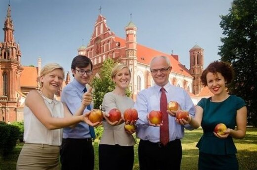 Ambasada RP w Wilnie dołączyła do akcji #jedzjabłka