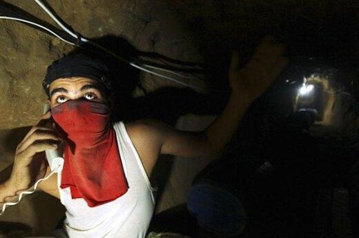 Kasdien šimtai besistumdančių prekiautojų, mėgindami gauti įvairių, požeminiais tuneliais į Gazos ruožą iš Egipto keliaujančių prekių, pavertė Rafos vietovę tikra turgaviete.