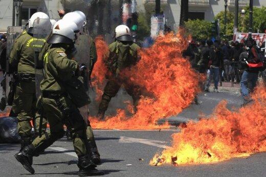 Протестующие греки разгромили исторический центр Афин