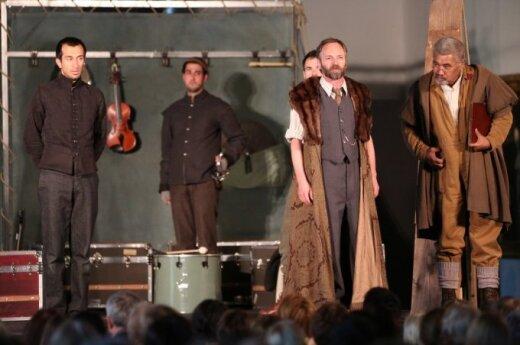 Globe Theatre company performs Hamlet