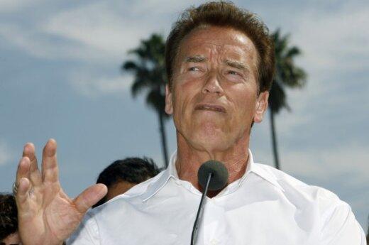 A.Schwarzeneggeris uždraudė žmonai vairuoti