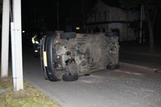В Вильнюсе после столкновения перевернулся микроавтобус
