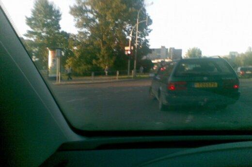 VW Passat važiuoja degant raudonam šviesoforo signalui Minties-Apkasų g. sankryžoje