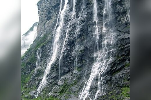 """Gražiausiu laikomas Geirangerio fiordas ir vienas iš krioklių """"Septynios seserys"""". Tomo Kupčinsko nuotr."""