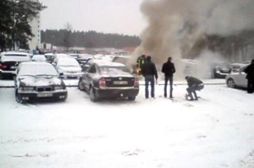 Сняли на видео, как ведут себя вильнюсцы при пожаре на автостоянке