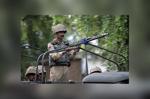 Pakistano kariškis patruliuoja prie mečetės
