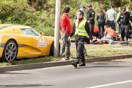 Lenkijoje triukus išdarinėjęs sportinis automobilis rėžėsi į minią ir nutrenkė 19 žiūrovų