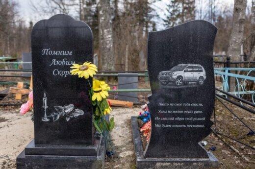 """<span style=""""color: #ff0000;"""">Gilyn į Rusiją:</span> džipas ant paminklo ir angliški užrašai"""