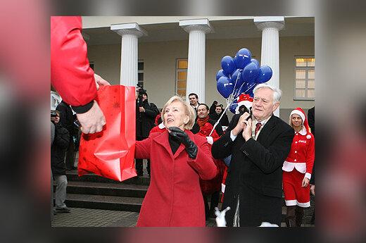 """Alma ir Valdas Adamkai pasitiko """"Coca-Cola"""" Kalėdų karavaną"""