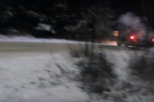 """Įspūdingas BMW vairuotojo įžūlumas vaizdo klipe: """"<em>biškį</em> žmones pagąsdinau stotelėj"""""""