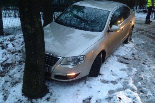 Girta vairuotoja Kaune nulėkė nuo kelio – mama sužalojo du mažučius vaikus