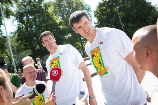 Broliai Kšyštofas ir Darjušas Lavrinovičiai pristato marškinėlius