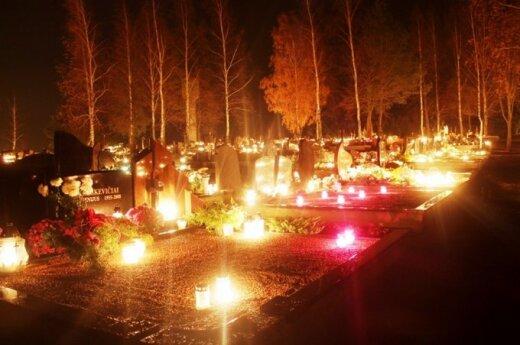 Kapinėse sužibo tūkstančiai žvakučių