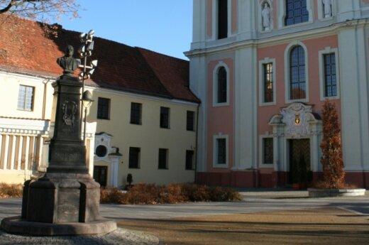 Vienuolyno namas – Šv. Kotrynos bažnyčios kairėje